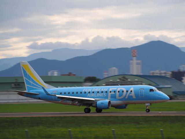 ここはどこ?さんが、札幌飛行場で撮影したフジドリームエアラインズ ERJ-170-100 (ERJ-170STD)の航空フォト(飛行機 写真・画像)
