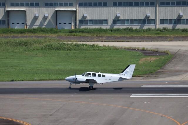 flyflygoさんが、名古屋飛行場で撮影した朝日航空 G58 Baronの航空フォト(飛行機 写真・画像)