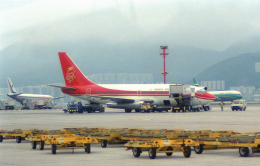 チャーリーマイクさんが、啓徳空港で撮影した香港ドラゴン航空 737-2L9/Advの航空フォト(飛行機 写真・画像)