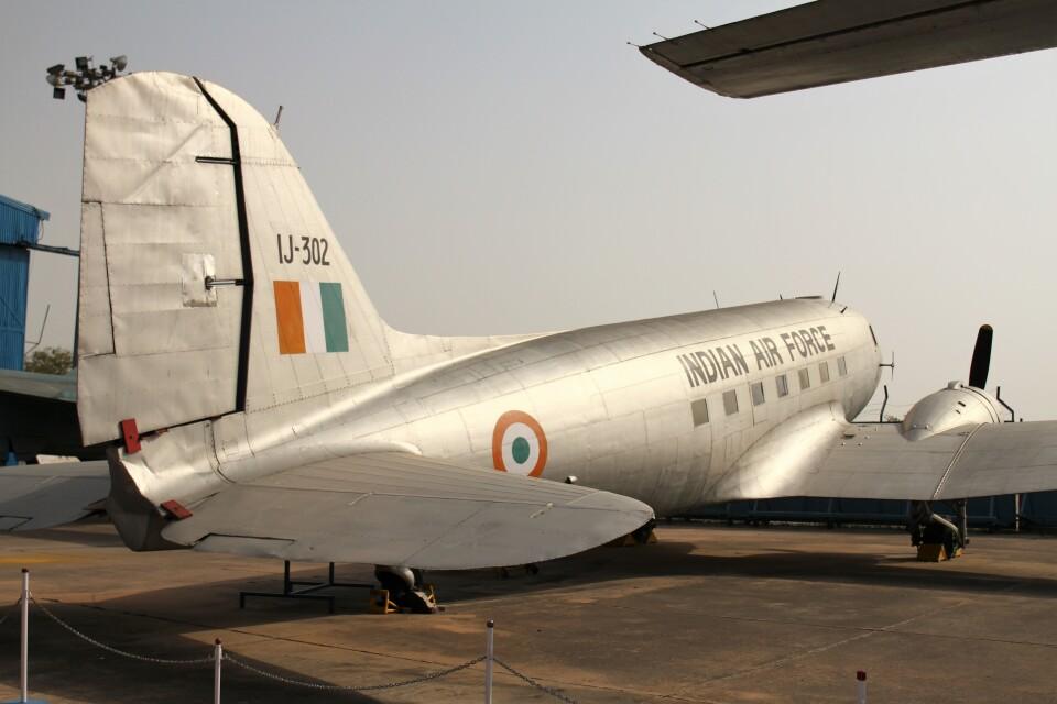 BTYUTAさんのインド空軍 Douglas DC-3 (IJ-302) 航空フォト