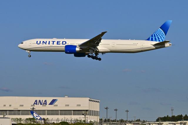 航空フォト:N2352U ユナイテッド航空 777-300