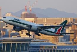 あしゅーさんが、福岡空港で撮影したアリタリア航空 777-243/ERの航空フォト(飛行機 写真・画像)