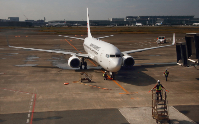 CL&CLさんが、羽田空港で撮影した日本航空 737-846の航空フォト(飛行機 写真・画像)
