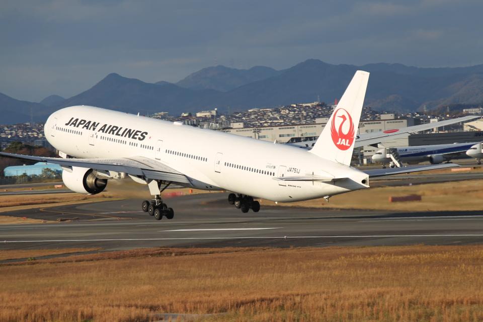 新城 JAL alpha rainbowさんの日本航空 Boeing 777-300 (JA751J) 航空フォト