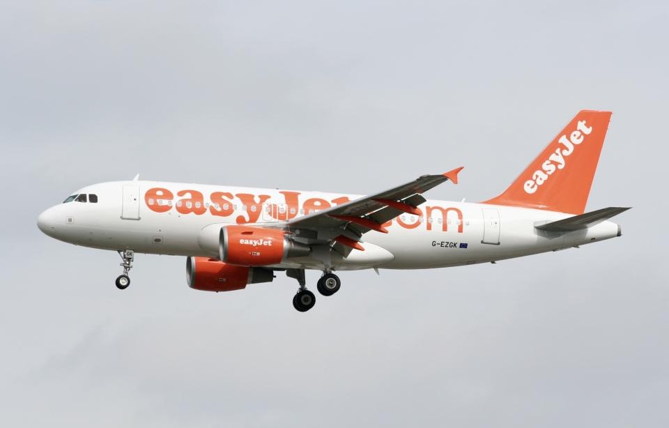 NIKEさんのイージージェット Airbus A319 (G-EZGK) 航空フォト