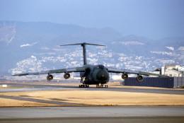Gambardierさんが、伊丹空港で撮影したアメリカ空軍 C-5A Galaxyの航空フォト(飛行機 写真・画像)