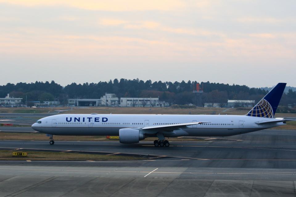 inyoさんのユナイテッド航空 Boeing 777-300 (N2846U) 航空フォト