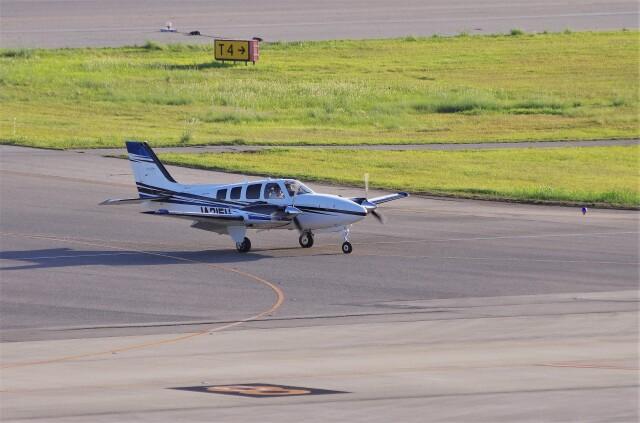 mild lifeさんが、神戸空港で撮影した学校法人ヒラタ学園 航空事業本部 G58 Baronの航空フォト(飛行機 写真・画像)