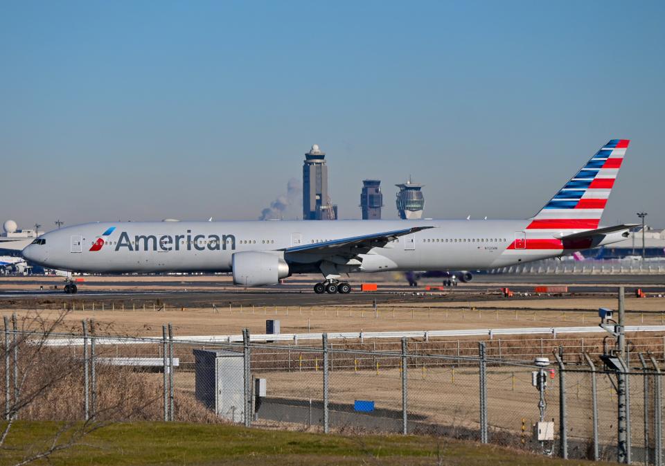 雲霧さんのアメリカン航空 Boeing 777-300 (N720AN) 航空フォト
