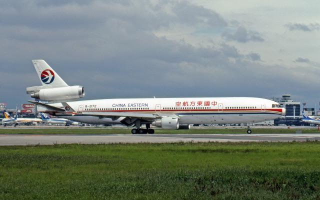 Gambardierさんが、伊丹空港で撮影した中国東方航空 MD-11の航空フォト(飛行機 写真・画像)