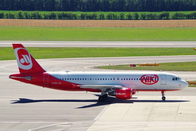 ちっとろむさんが、ウィーン国際空港で撮影したニキ航空 A320-214の航空フォト(飛行機 写真・画像)