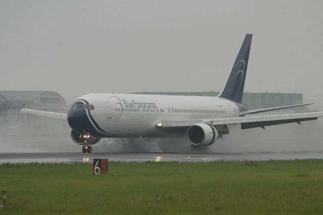 kengo.k@RJFTさんが、熊本空港で撮影したブルー・パノラマ・エアラインズ 767-330/ERの航空フォト(飛行機 写真・画像)