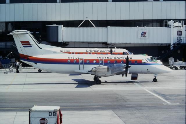 ゴンタさんが、ロサンゼルス国際空港で撮影したユナイテッド・エクスプレス EMB 120ERの航空フォト(飛行機 写真・画像)