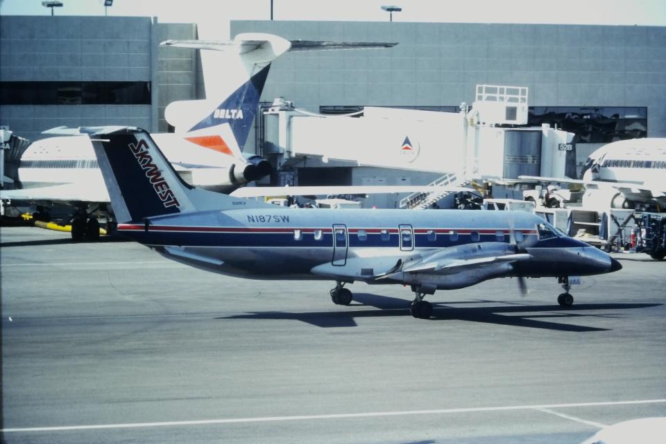 ゴンタさんのスカイウエスト・エアラインズ Embraer EMB-120 Brasilia (N187SW) 航空フォト