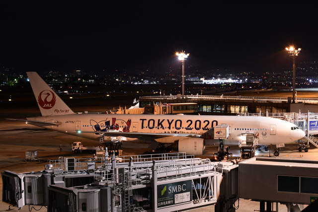 TOPAZ102さんが、伊丹空港で撮影した日本航空 777-246の航空フォト(飛行機 写真・画像)