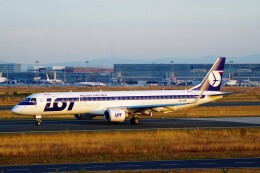 ちっとろむさんが、フランクフルト国際空港で撮影したLOTポーランド航空 ERJ-190-200 LR (ERJ-195LR)の航空フォト(飛行機 写真・画像)
