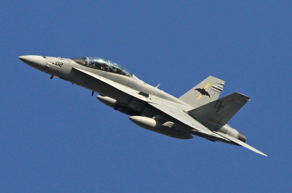 isiさんのアメリカ海兵隊 McDonnell Douglas F/A-18 Hornet (VMFA-242) 航空フォト