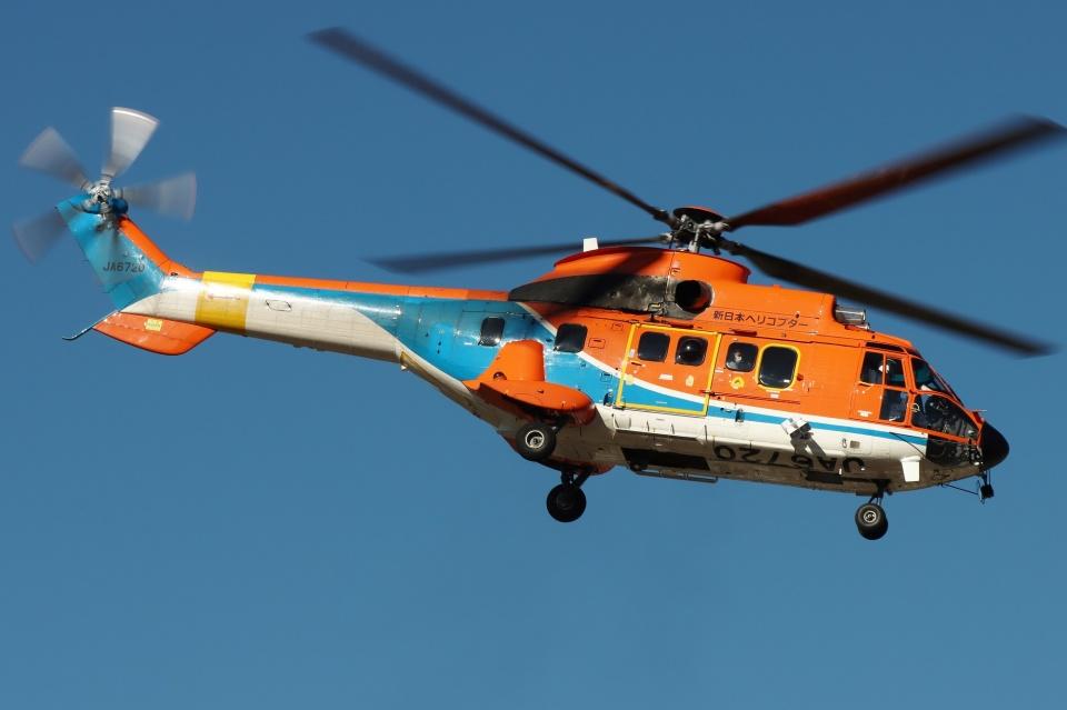 ブルーさんさんの新日本ヘリコプター Aerospatiale AS332 Super Puma (JA6720) 航空フォト