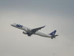 kiyo hさんが、ウィーン国際空港で撮影したLOTポーランド航空 ERJ-190-200 LR (ERJ-195LR)の航空フォト(飛行機 写真・画像)