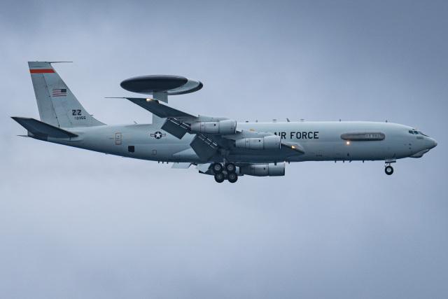 I.Kさんが、嘉手納飛行場で撮影したアメリカ空軍 E-3B Sentry (707-300)の航空フォト(飛行機 写真・画像)