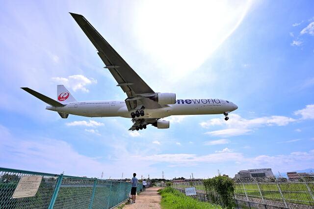 監督さんが、伊丹空港で撮影した日本航空 777-346の航空フォト(飛行機 写真・画像)