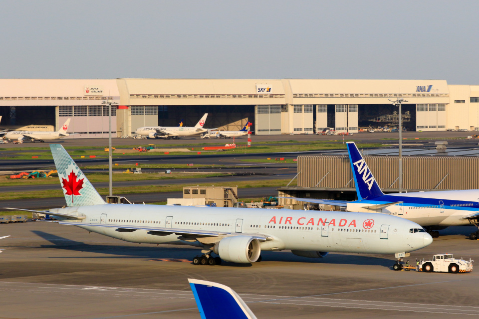 inyoさんのエア・カナダ Boeing 777-300 (C-FIUW) 航空フォト