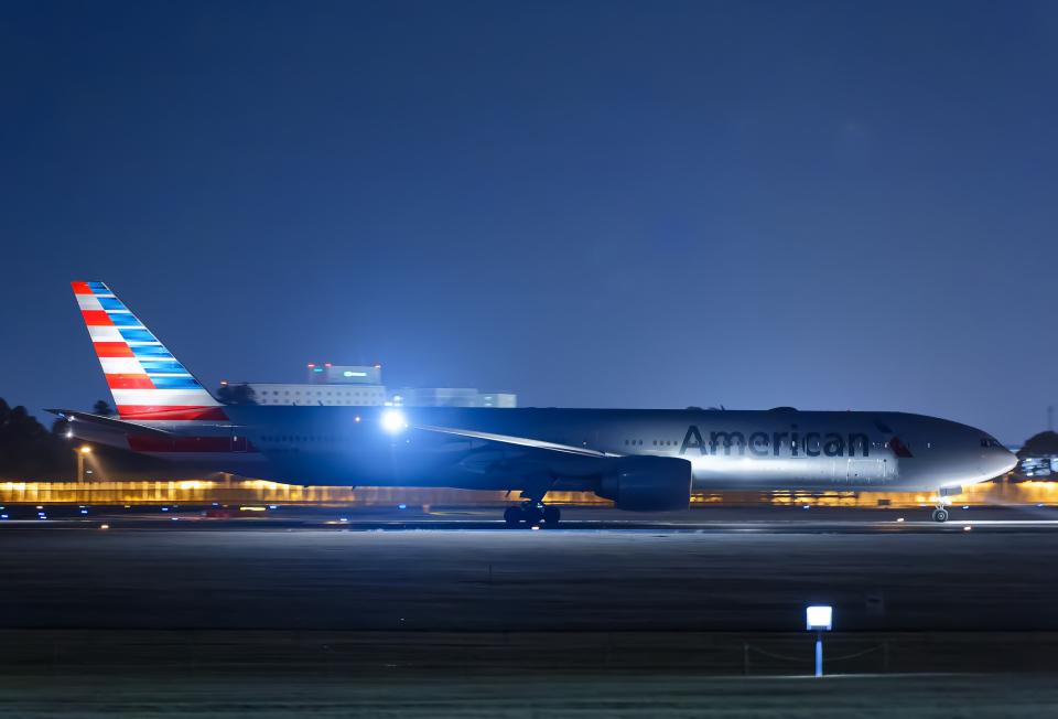 SGR RT 改さんのアメリカン航空 Boeing 777-300 (N724AN) 航空フォト