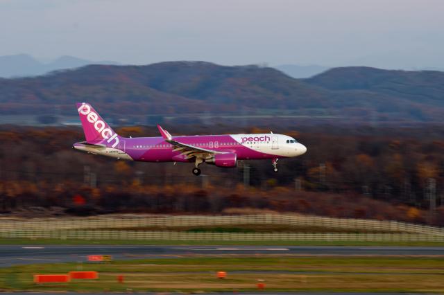 監督さんが、新千歳空港で撮影したピーチ A320-214の航空フォト(飛行機 写真・画像)
