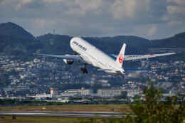 平凡なおっちゃんさんが、伊丹空港で撮影した日本航空 777-346の航空フォト(飛行機 写真・画像)