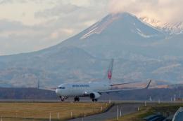 監督さんが、釧路空港で撮影した日本航空 737-846の航空フォト(飛行機 写真・画像)