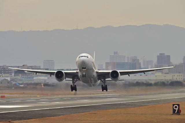 監督さんが、伊丹空港で撮影した日本航空 777-289の航空フォト(飛行機 写真・画像)
