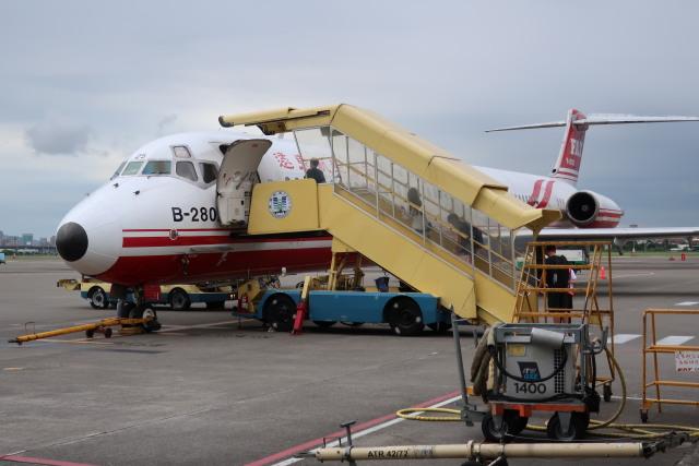 クワケソさんが、高雄国際空港で撮影した遠東航空 MD-83 (DC-9-83)の航空フォト(飛行機 写真・画像)
