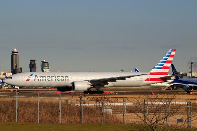 ☆ライダーさんが、成田国際空港で撮影したアメリカン航空 777-323/ERの航空フォト(飛行機 写真・画像)