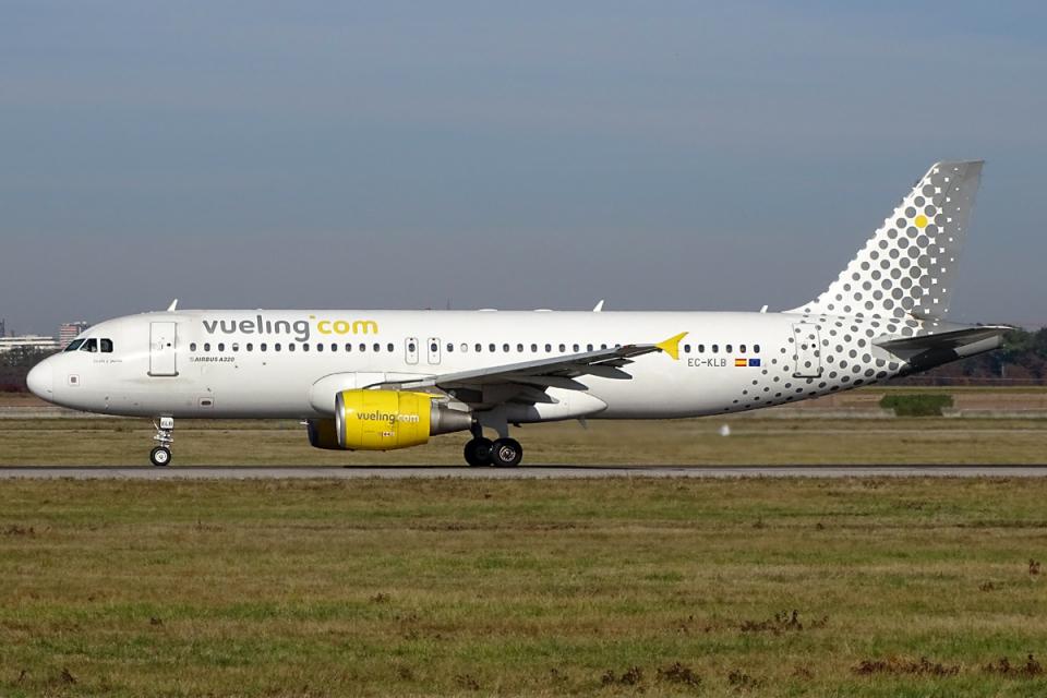 chrisshoさんのブエリング航空 Airbus A320 (EC-KLB) 航空フォト