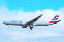 ちっとろむさんが、ロンドン・ヒースロー空港で撮影したアメリカン航空 A330-323Xの航空フォト(飛行機 写真・画像)