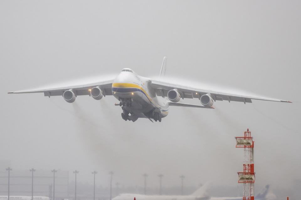 チャッピー・シミズさんのアントノフ・エアラインズ Antonov An-124 Ruslan (UR-82027) 航空フォト