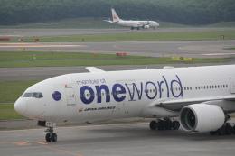 俊夫さんが、新千歳空港で撮影した日本航空 777-246の航空フォト(飛行機 写真・画像)