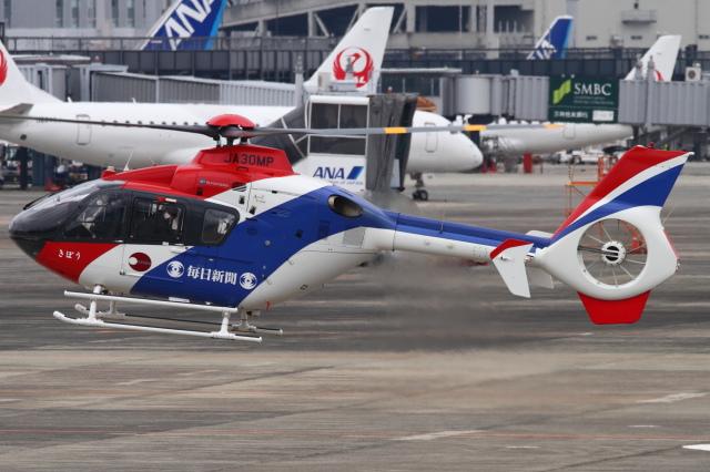 B14A3062Kさんが、伊丹空港で撮影した毎日新聞社 EC135T1の航空フォト(飛行機 写真・画像)