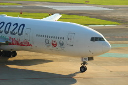 すーぱーばりとくさんが、福岡空港で撮影した日本航空 777-246の航空フォト(飛行機 写真・画像)