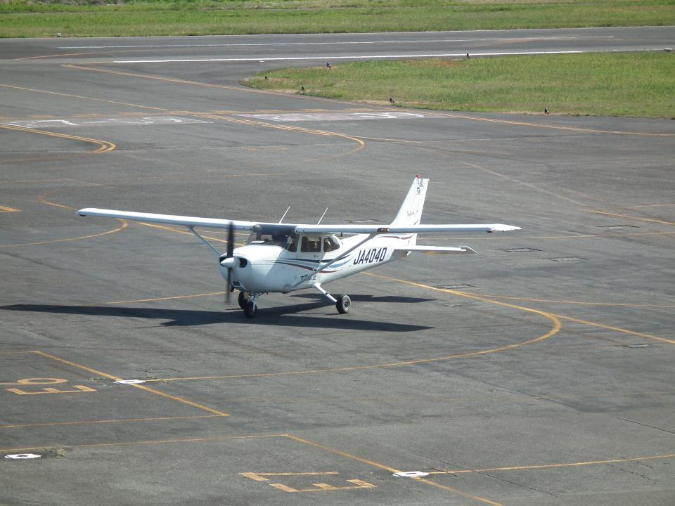 ヒコーキグモさんの大阪航空 Cessna 172 (JA404D) 航空フォト