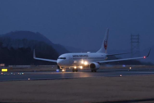 North1973さんが、高松空港で撮影した日本航空 737-846の航空フォト(飛行機 写真・画像)
