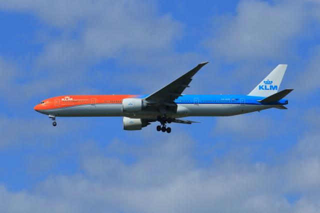 おっしーさんが、成田国際空港で撮影したKLMオランダ航空 777-306/ERの航空フォト(飛行機 写真・画像)