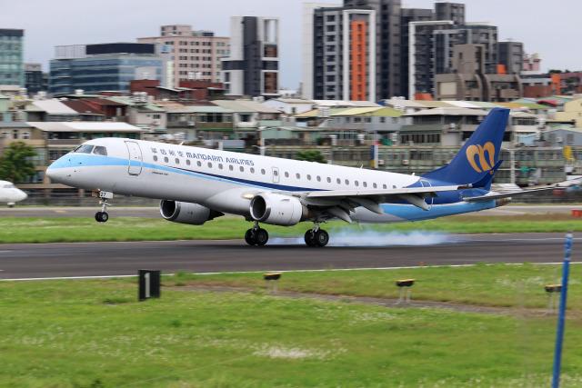 HLeeさんが、台北松山空港で撮影したマンダリン航空 ERJ-190-100 IGW (ERJ-190AR)の航空フォト(飛行機 写真・画像)