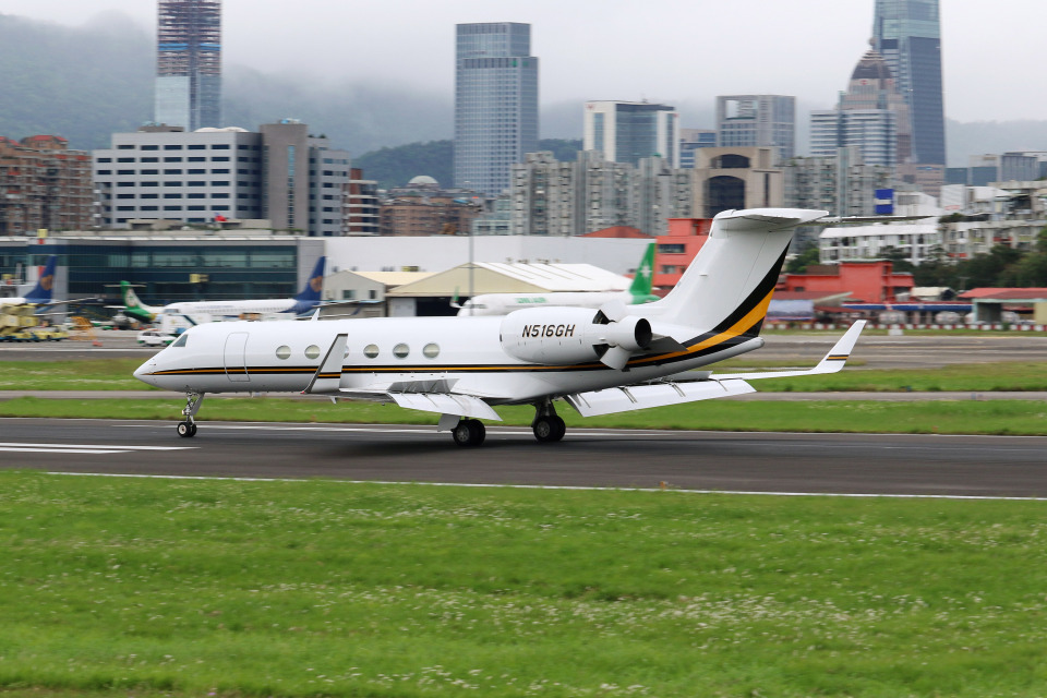 HLeeさんのClay Lacy Aviation, Inc. Gulfstream Aerospace G-V (N516GH) 航空フォト