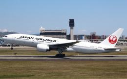 セブンさんが、伊丹空港で撮影した日本航空 777-246/ERの航空フォト(飛行機 写真・画像)