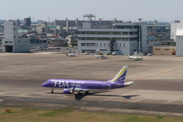 Hiro-hiroさんが、名古屋飛行場で撮影したフジドリームエアラインズ ERJ-170-200 (ERJ-175STD)の航空フォト(飛行機 写真・画像)