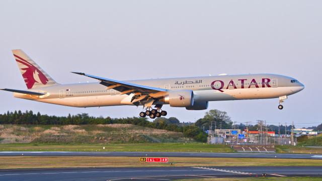 パンダさんが、成田国際空港で撮影したカタール航空 777-3DZ/ERの航空フォト(飛行機 写真・画像)