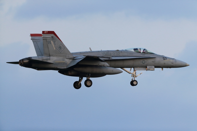 Talon.Kさんが、厚木飛行場で撮影したアメリカ海兵隊 F/A-18C Hornetの航空フォト(飛行機 写真・画像)
