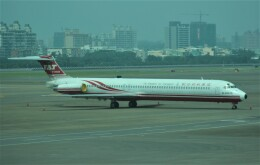 Rsaさんが、高雄国際空港で撮影した遠東航空 MD-82 (DC-9-82)の航空フォト(飛行機 写真・画像)
