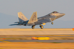 KAMIYA JASDFさんが、岩国空港で撮影したアメリカ空軍 F-22A Raptorの航空フォト(飛行機 写真・画像)
